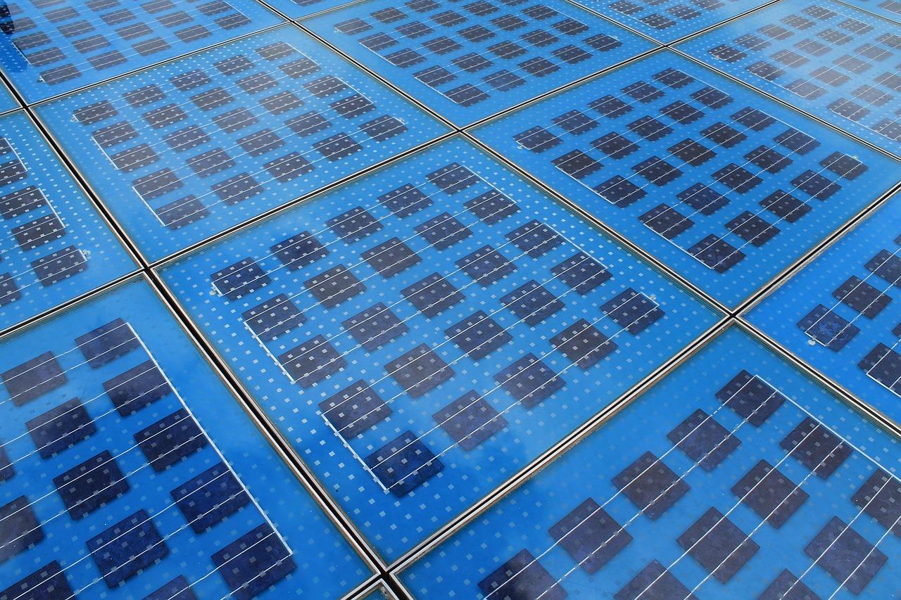 panele fotowoltaiczne na ziemi
