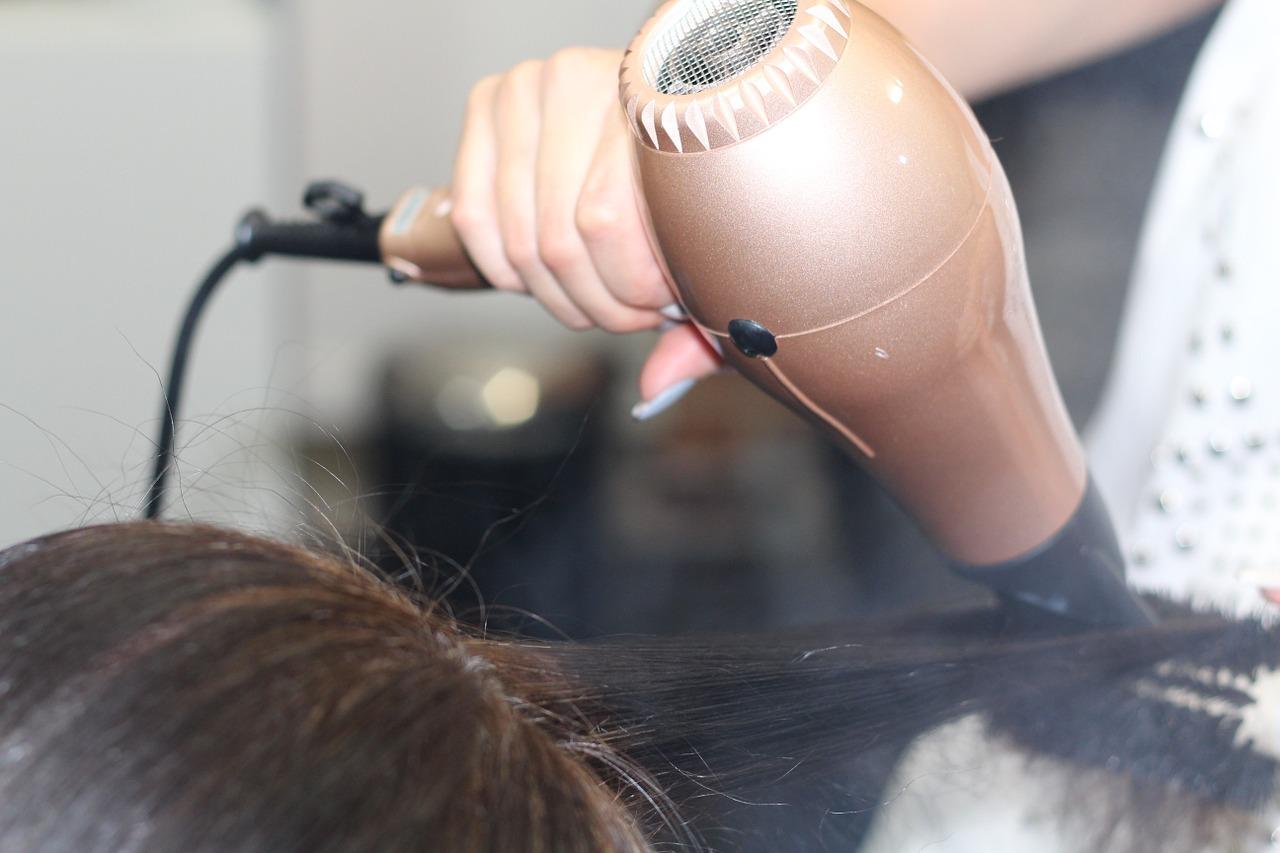 Różne typy szczotek do włosów